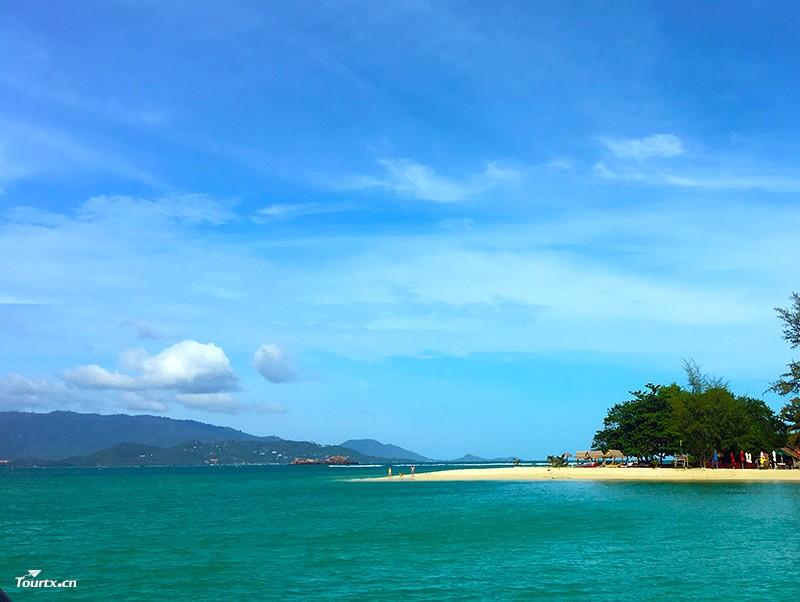 苏梅岛在哪里? 苏梅岛属于泰国,位于泰国湾,距离距苏叻府84公里,属于真正的岛屿族群,也是80多个热带岛屿群中最大的一个,苏梅岛大概呈圆形,并由约60个大小岛屿所包围。苏梅岛与这些岛屿共同组成安通海洋国家公园(Muko Ang Thong)。苏梅的安通国家公园就象电影里头的梦幻之岛一样。石灰岩洞穴、珊瑚礁岛林立,到处是色彩艳丽的热带鱼群。那里保留了更多自然淳朴的气息,因为20年前,苏梅岛还基本上是一片与世隔绝的世外桃源,因为开发的历史不长,所以,至今岛上还保存着一份原始风味。苏梅岛上海滩众多,处处水清沙白
